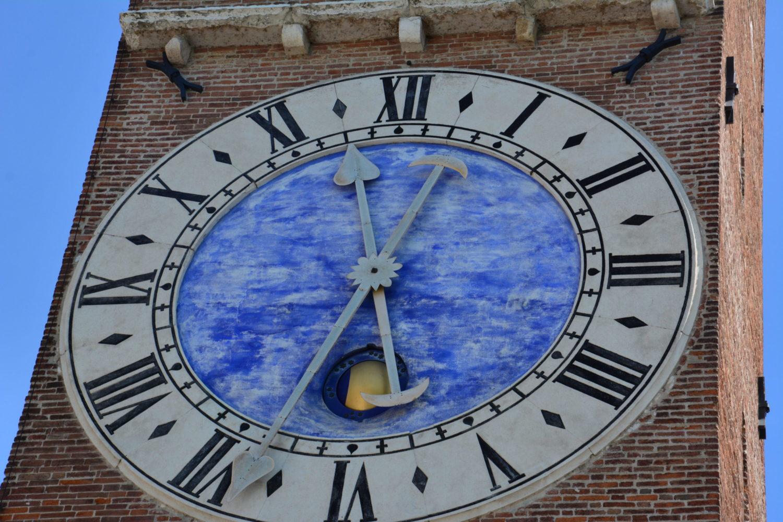 La torre civica e la misurazione del tempo nel Medioevo